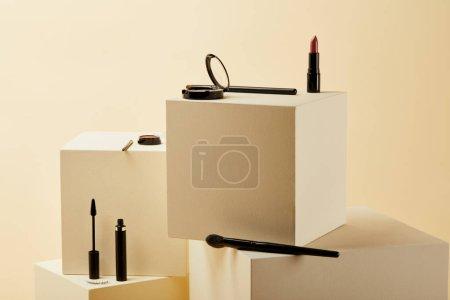 Photo pour Diverses fournitures maquillage couché sur cubes beiges - image libre de droit
