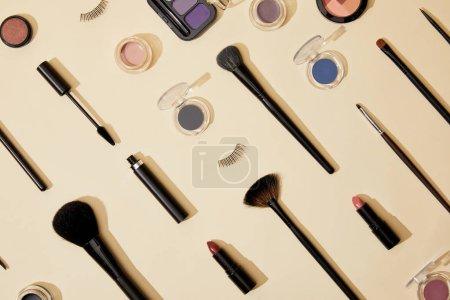 Photo pour Vue de dessus de la composition de différents cosmétiques couchés sur la surface beige - image libre de droit