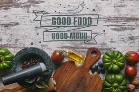 Photo pour Légumes et condiments dans un mortier sur une table en bois rustique avec «bonne nourriture - bonne humeur» inscription - image libre de droit