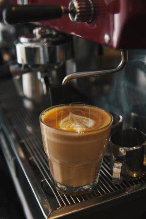 Photo pour Cafetière professionnelle et tasse en verre avec cappuccino - image libre de droit