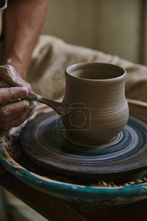 bouchent la vue de potier professionnel pot d'argile à l'atelier de décoration