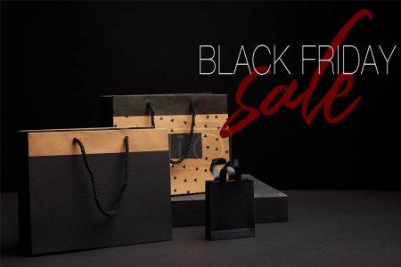 Photo pour Bouchent la vue des sacs à provisions disposées sur fond noir avec la vente de vendredi noir - image libre de droit