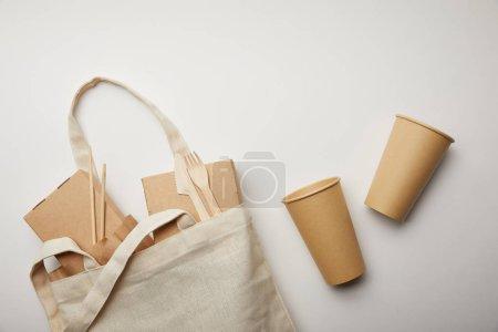 Foto de Lay Flat con bolsa de algodón con cajas de comida y dos tazas de café desechables sobre superficie blanca - Imagen libre de derechos