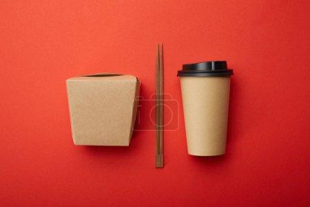 Photo pour Plat poser avec des baguettes, noodle box et jetable tasse de café sur la notion de surface, minimaliste rouge - image libre de droit