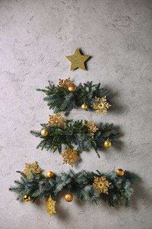Foto de Árbol de Navidad hecho a mano y la estrella en gris de la pared en la habitación - Imagen libre de derechos