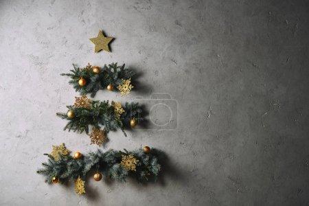 Foto de Árbol de Navidad hecho a mano colgado en una pared gris en sala - Imagen libre de derechos