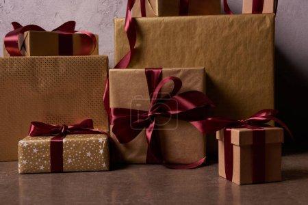 Photo pour Coffrets-cadeaux de Noël sur le plancher dans la salle - image libre de droit