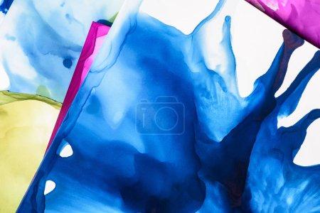 Blaue und violette Farbspritzer als abstrakter Hintergrund