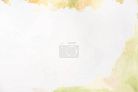 Photo pour Éclaboussures bruns et verts lumière d'encres alcool sur blanc comme toile de fond Abstrait - image libre de droit