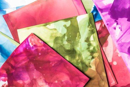 Foto de Verde, rojo y púrpura salpica de tintas de alcohol sobre hojas de papel como antecedentes - Imagen libre de derechos