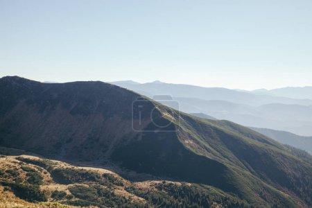 Photo pour Paysage de collines pittoresques sous le ciel bleu, les Carpates, en Ukraine - image libre de droit