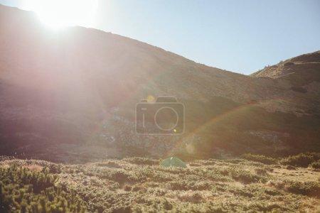 Photo pour Paysage de belles montagnes sous un ciel coucher de soleil avec rayon de soleil, Carpates, Ukraine - image libre de droit