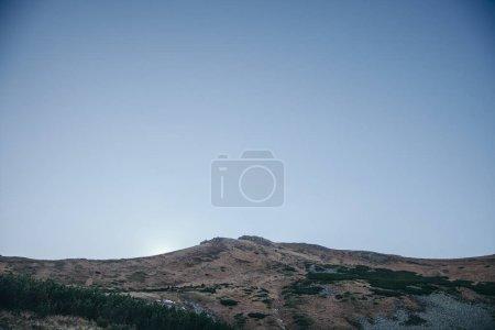 Photo pour Paysage montagneux spectaculaire sous le ciel bleu, Carpates, Ukraine - image libre de droit