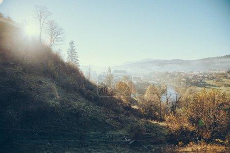 Photo pour Belle ville Carpates et Vorokhta sous le ciel bleu, Ukraine - image libre de droit