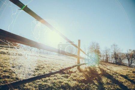 Photo pour Gros plan de clôture de pâturage en bois avec toile d'araignée en Vorokhta, Carpates, Ukraine - image libre de droit