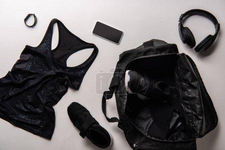 Foto de Vista elevada de la bolsa de deportes con gimnasio negro aislado en blanco - Imagen libre de derechos