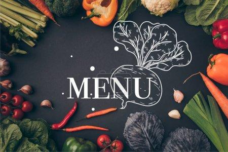 Foto de Vista de verduras maduras en mesa gris, superior letras del menú - Imagen libre de derechos