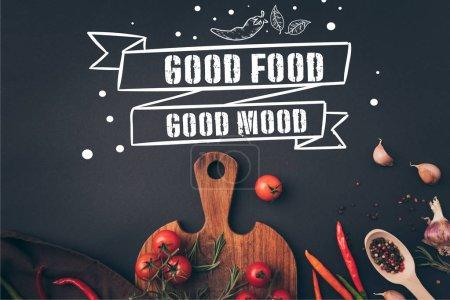 Photo pour Haut de la page vue de tomates cerises et fenouil à l'ail sur table gris, lettrage de bonne humeur bonne nourriture - image libre de droit
