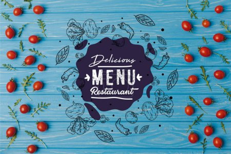 Photo pour Haut de la page vue des tomates cerises avec roquette sur table bleue, lettrage restaurant délicieux menu - image libre de droit
