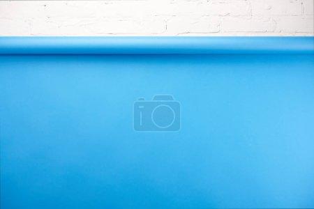 fond bleu vif et mur de briques blanches