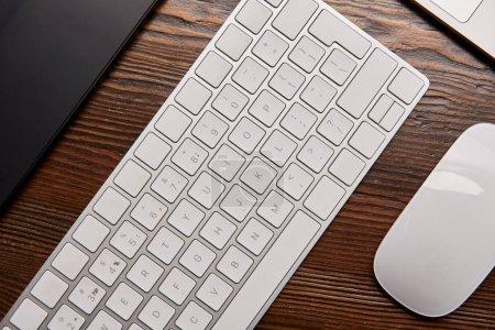 Photo pour Vue du dessus de l'ordinateur portable avec clavier sans fil et tablette graphique sur le lieu de travail graphiste - image libre de droit