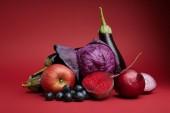 """Постер, картина, фотообои """"свежих органических спелое яблоко, виноград, лук, свекла, капуста и баклажаны на красном"""""""