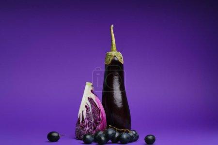 Photo pour Vue rapprochée du chou émincé, des raisins et des aubergines sur violet - image libre de droit