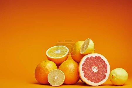 Photo pour Mûres entières et tranchées agrumes frais sur fond orange - image libre de droit