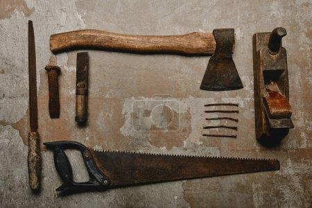 Photo pour Plat poser avec jeu d'outils de menuiserie rouillé vintage sur fond vieux - image libre de droit
