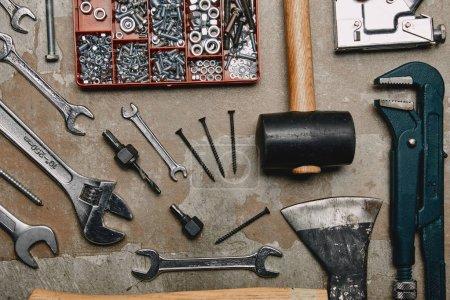 Foto de Plana se pone con conjunto de herramientas de la carpintería en fondo antiguo - Imagen libre de derechos