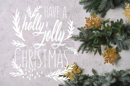 """Foto de Recortada la imagen del árbol de Navidad hecho a mano con copos de nieve colgantes en la pared gris con """"tienen un holly jolly christmas"""" inspiración - Imagen libre de derechos"""