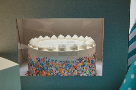 Délicieux gâteau aux meringues et pépites de sucre en boîte