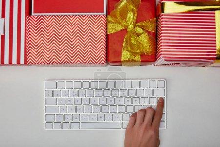 Foto de Vista superior del botón de empuje de mujer en teclado de ordenador cerca presenta sobre fondo blanco - Imagen libre de derechos