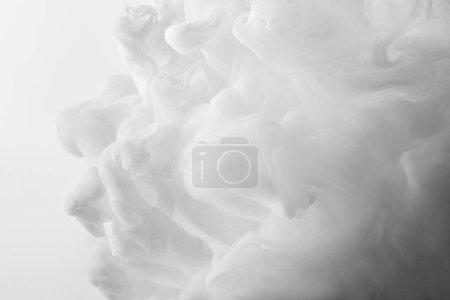 Photo pour Abstraits blancs volutes de peinture acrylique sur fond blanc - image libre de droit