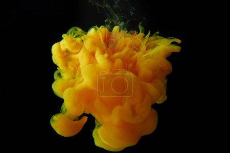 Photo pour Bouchent la vue d'orange splash de peinture isolée sur fond noir - image libre de droit