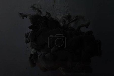Photo pour Peinture noire éclaboussure sur fond sombre - image libre de droit