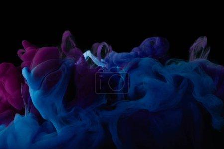abstrakter dunkler Hintergrund mit blauen und lila Farbwirbeln