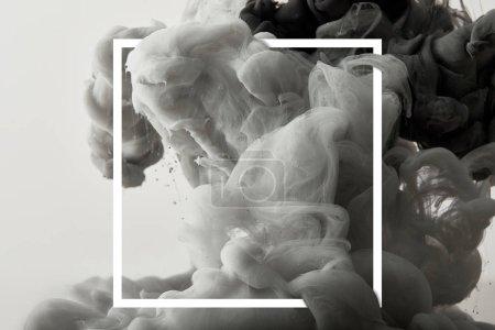 Photo pour Éclaboussure créative grise de peinture dans un cadre carré blanc - image libre de droit