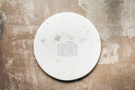 Foto de Placa de cerámica blanca sobre fondo rústico con espacio de copia - Imagen libre de derechos
