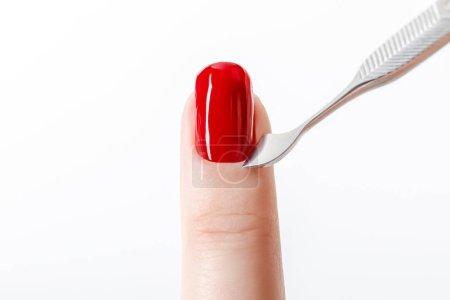 Photo pour Vernis à ongles rouge vif sur ongle avec cuticules isolé sur blanc - image libre de droit