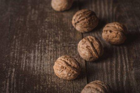Foto de Cerrar vista de nueces sobre la superficie de madera - Imagen libre de derechos