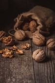 """Постер, картина, фотообои """"крупным планом вид грецких орехов в мешок на деревянных фоне"""""""