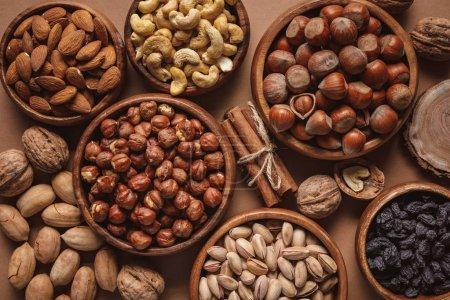 Foto de Lay Flat con variedad de frutos secos en recipientes dispuestos en fondo marrón - Imagen libre de derechos