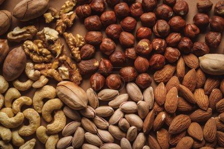 Foto de Lay Flat con arreglo de deliciosas nueces sobre fondo marrón - Imagen libre de derechos