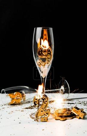 Foto de Copas de Champagne con vela y Bengala oro 2019 números en negro - Imagen libre de derechos