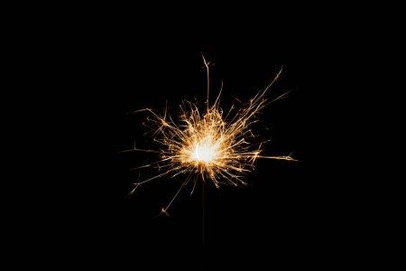 Foto de Vista cercana de Bengala de la fiesta de año nuevo en fondo negro - Imagen libre de derechos