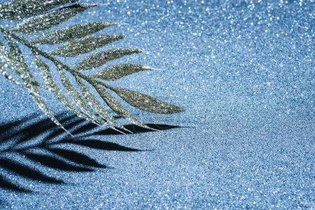 Photo pour Festive branche décorée de paillettes dorées, concept de fond de Noël - image libre de droit