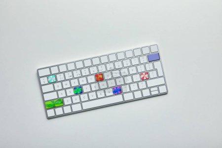 Photo pour Vue de dessus du clavier d'ordinateur blanc avec boîtes de cadeau de Noël sur les boutons sur fond blanc - image libre de droit