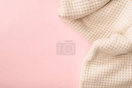 Photo pour Vue de dessus de couverture tricotée blanche sur fond rose - image libre de droit