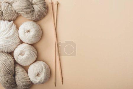 Foto de Lay Flat con hilo y agujas sobre fondo beige - Imagen libre de derechos